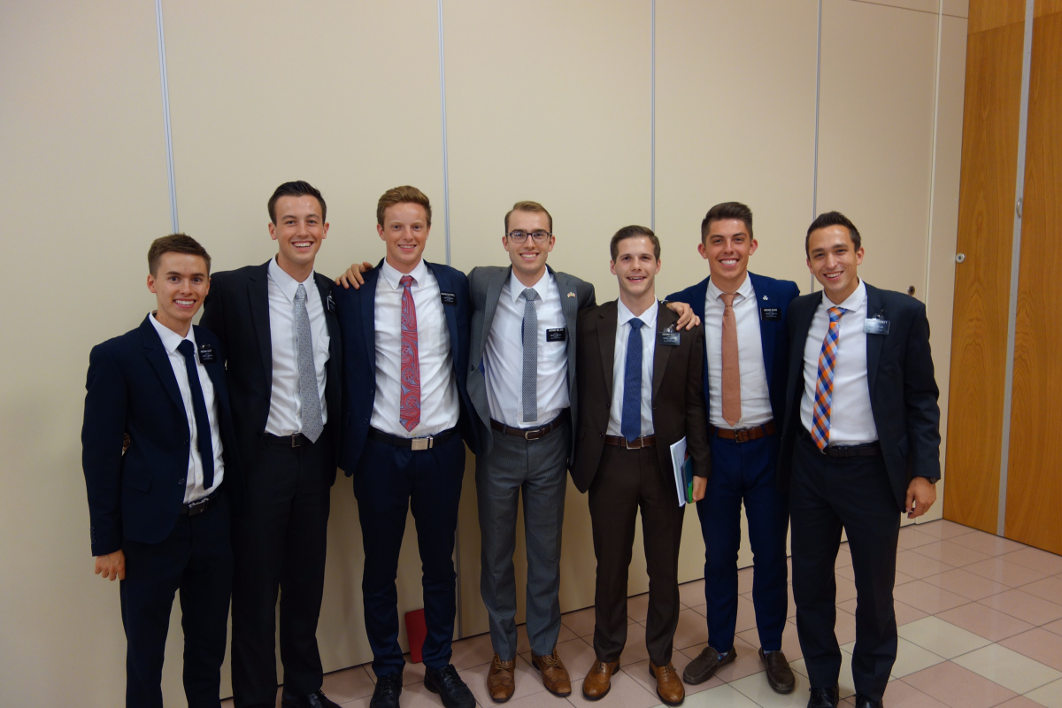 This picture is from Anziano Scott's blog (far left). This is my comp, Anziano Nielsen (center) and 6 of the 7 companions he has had on his mission. Taken at the Mission Conference in Palermo.
